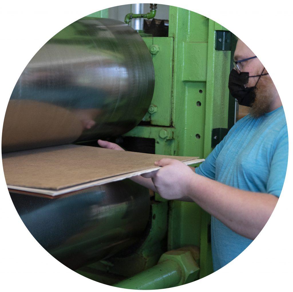 Calandrage: les feuilles sont pressées grâce à une calandre pour les rendre lisses et prêtes à l'usage.