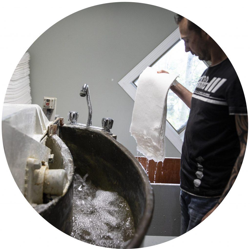 Le défribrage consiste à déchiqueter la matière première pour en faire une pâte.